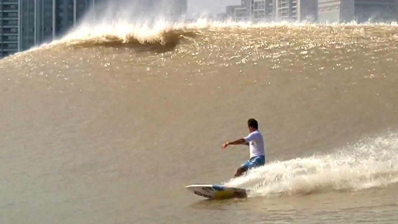 中国の河で発生するパーフェクトウェイブ@銭塘江
