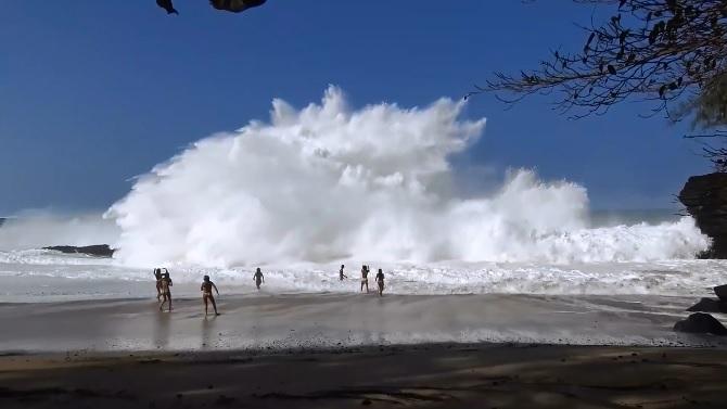 Kauai Lumahai shorebreak