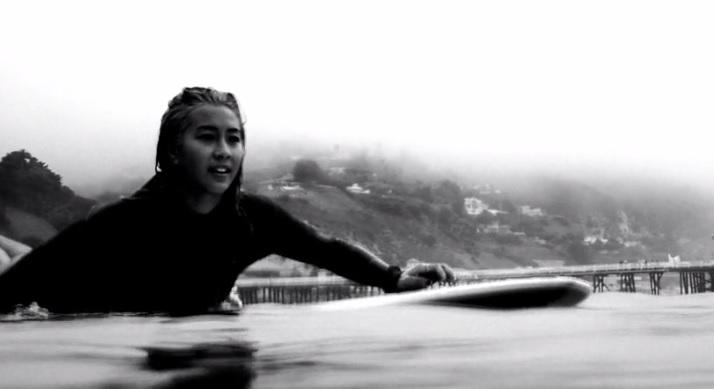 ケリア・モニーツが見せるマリブ(カリフォルニア)での優雅なサーフ動画