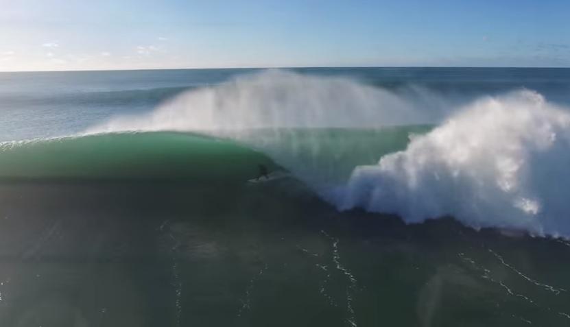 ドローン撮影によるサンシャインコースト(オーストラリア)の炸裂ビーチブレイク