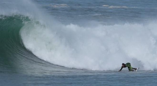オフシーズンの冬にジェレミー・フローレスが見せたビーチブレイクセッション@フランス
