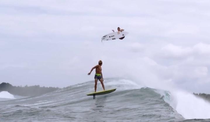 ジュリアン・ウィルソンとカイ・レニーがバリ島でセッションすると摩訶不思議な光景が