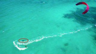 西オーストラリアでカイトサーフィン中にホホジロザメが出没!ドローンが収めた一部始終