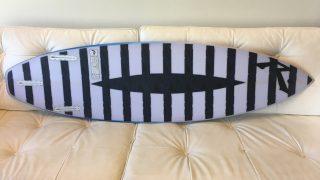 ボトム面にサメ除けデザインが施されたラスティのシャークアタック軽減サーフボードが誕生