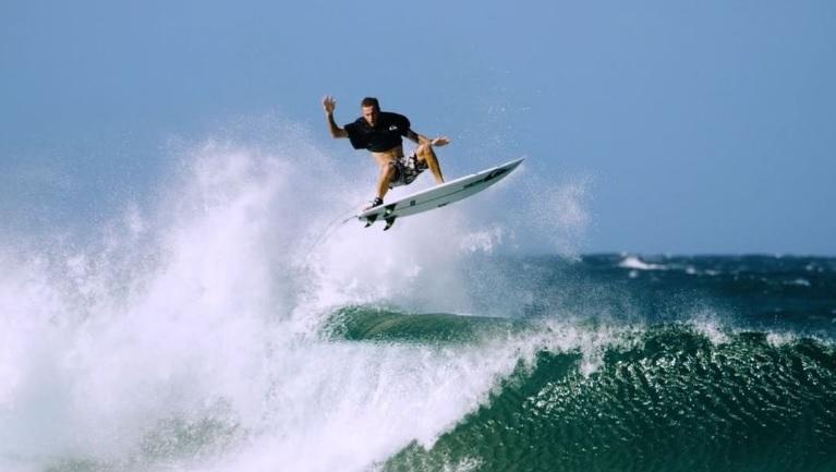 マイキー・ライトがマックツイストを世界初メイク!サーフィンにおけるエアリアル名とは…