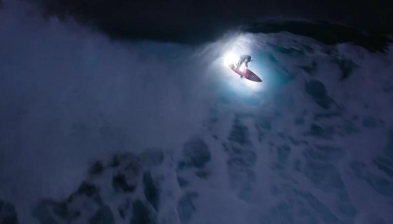 誰もいない日没後のオアフ島ノースショアでジェイミー・オブライエンがナイトサーフィン