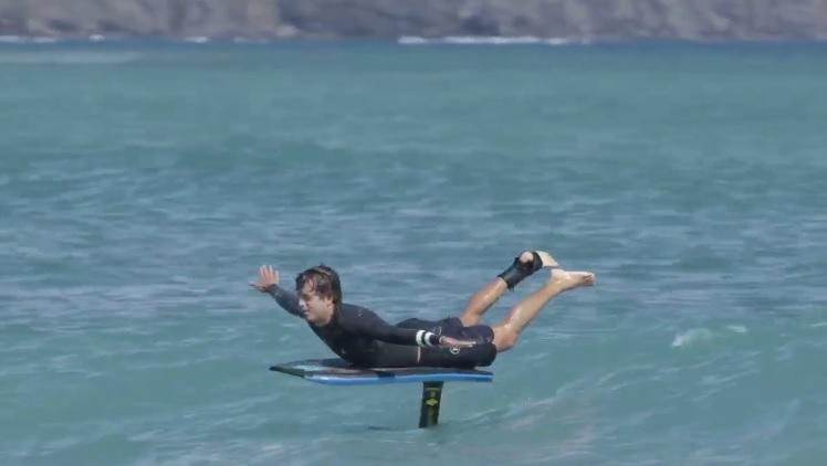 カイ・レニーが今度はハイドロフォイルボディボードで浮遊ライディング