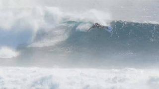 ケリー・スレーターが5'3″の「Omni」でフェイス12フィートの波にチャージ@フィジー