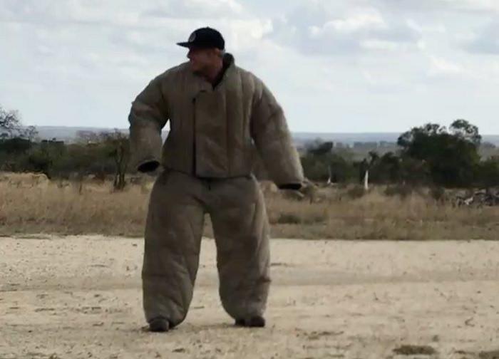 ミック・ファニングが野生動物の密猟者!?南アフリカで撃退方法を体験