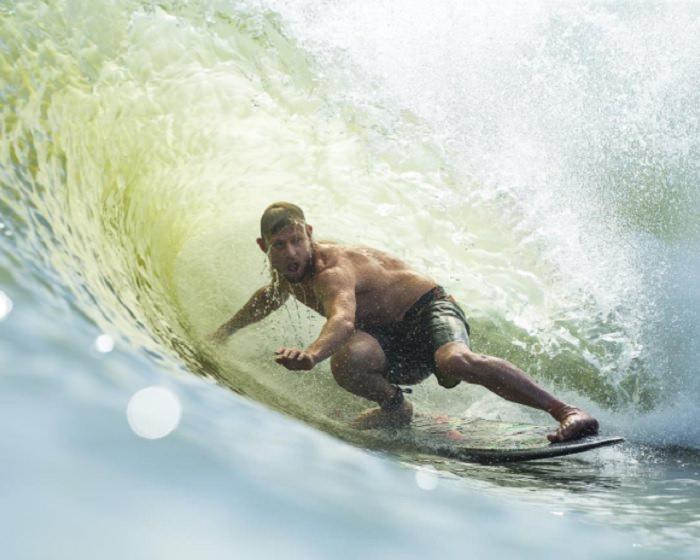 本物の波そっくりとストーク!ミック・ファニングがケリーのウェイブプールでフリーサーフ