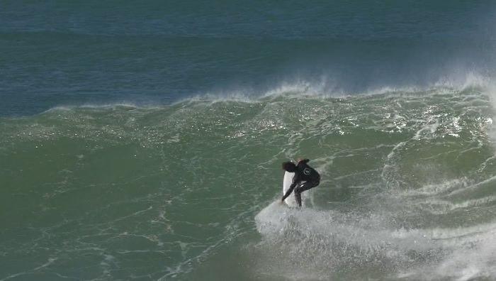 ヤゴ・ドラがJベイ(南アフリカ)で初サーフした2017年6月の動画