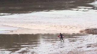 スキムボーダーが飛び乗ったイギリスの潮津波!凄いんだけど・・・