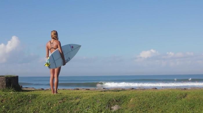 元CTサーファーのチェルシー・トゥアクがインドネシアへ!フリーサーフィン動画