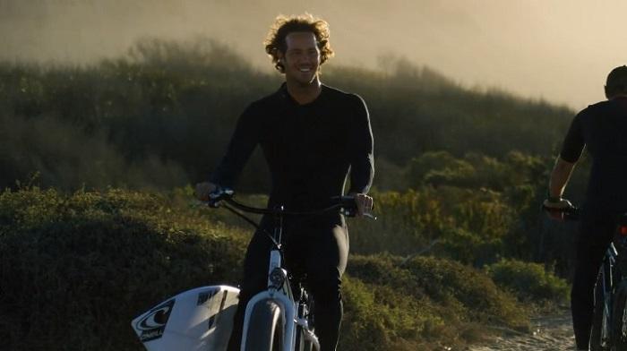 悪夢のヨーロピアンレグ後:ジョーディ・スミスによるローワーズでのフリーサーフィン動画