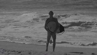フランスのヌーディストビーチでコア・スミスがヌードサーフィンに挑戦