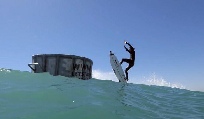 海のゴミ問題解決に向けてジョーディ・スミスがゴミ箱へ発射