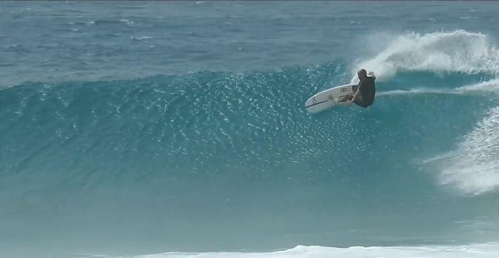 ケリー・スレーターがオアフ島ノースショアのラニアケアでリハビリサーフィン