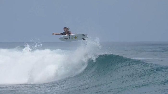マット・メオラがツインフィンに乗ったら!?モルディブの極小波でテスト