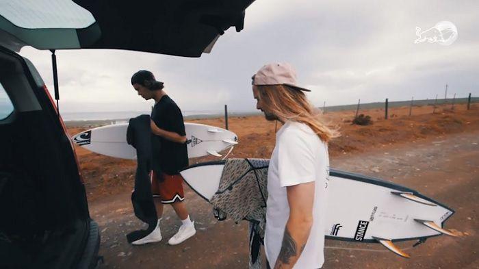 ジョーディ・スミスがサーファーとして再起した親友とフリーサーフィン