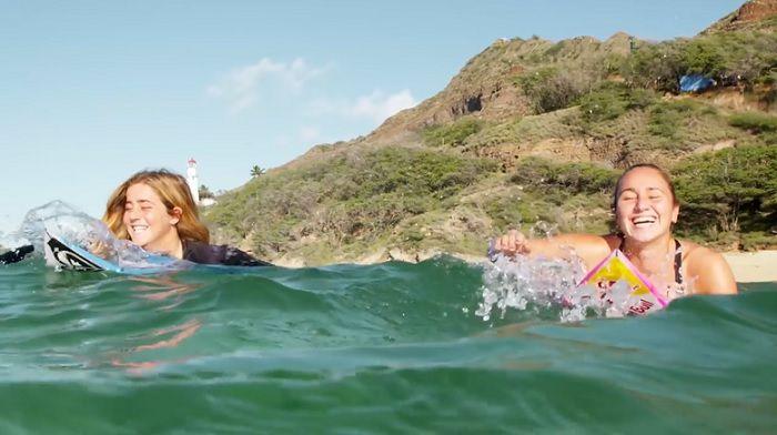 カリッサ・ムーアとキャロリン・マークスのフリーサーフ動画@オアフ島(ハワイ)
