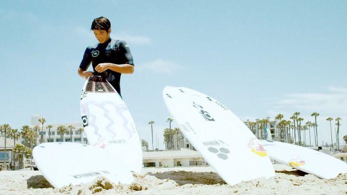 五十嵐カノアがUSオープン歴代優勝者のサーフボードをテストライド