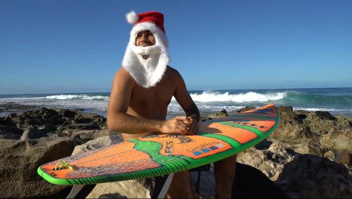 今年も再びハワイから贈り物が!メイソン・ホーによるサーフィンサンタ