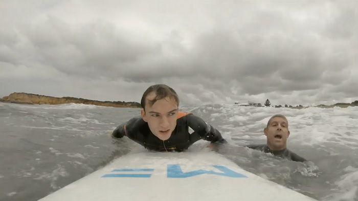 F1レーサーがサーフィン初体験!コーチは何とミック・ファニング