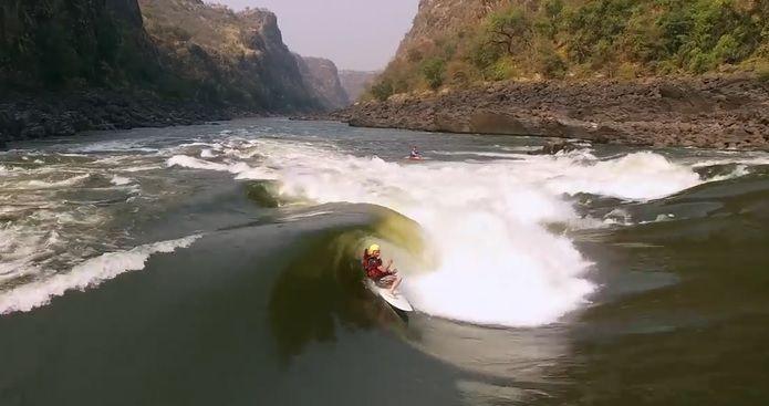 波のサイズは世界最大!?アフリカ大陸ザンベジ川のリバーサーフィン動画