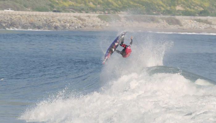 驚きのエアリアル!ファンウェイブでストラップ付ボードに乗るカイ・レニー