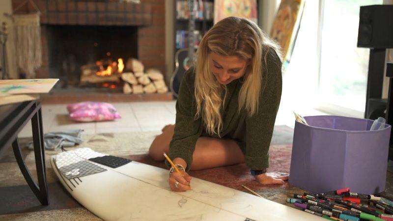 女性トップサーファーのセイジ・エリクソン!サーフ以外に夢中なのはアート